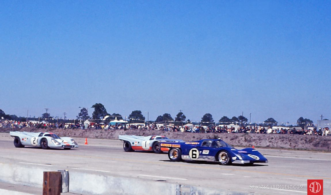 Racing was tight during the early minutes (Photo: Louis Galanos)