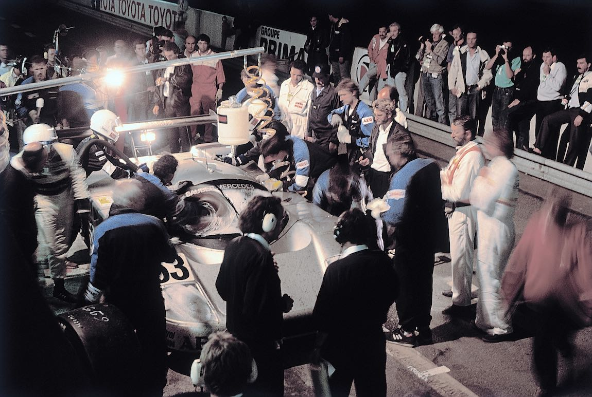 Sauber-Mercedes C 9 Group C racing car, Le Mans 24-hour race, 1989. Night-time pit stop of the later winning vehicle with starting number 63. Jochen Mass is ready for the change of drivers. Photo from 1989.