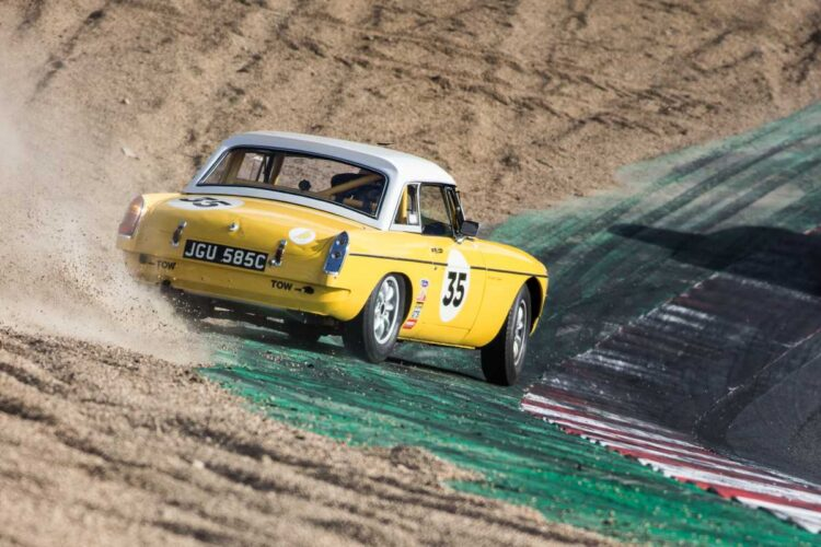 Gentlemans Drivers race on edge
