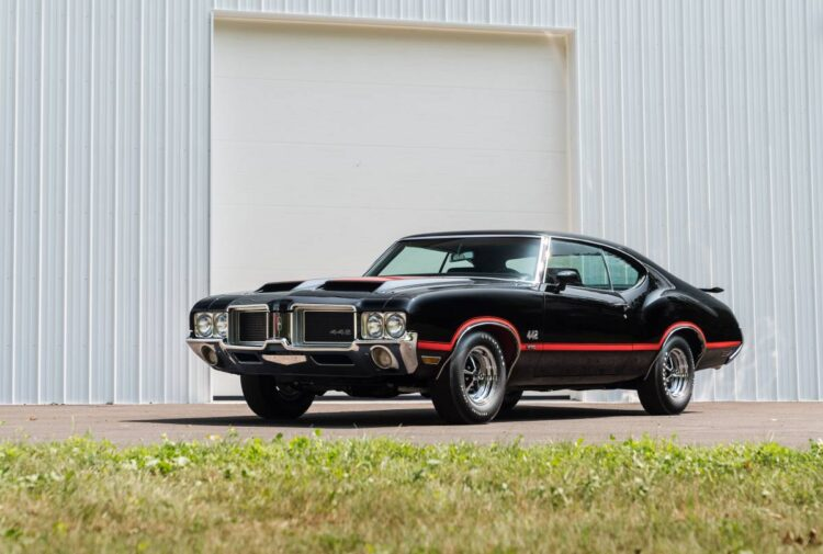 front of1971 Oldsmobile 442 W30 Coupé